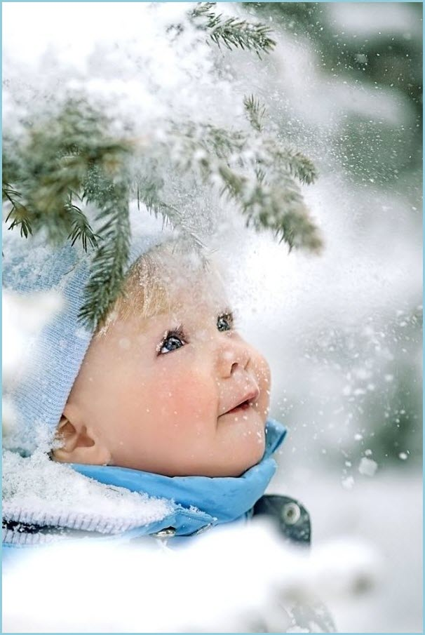 Фото ребёнка под елью