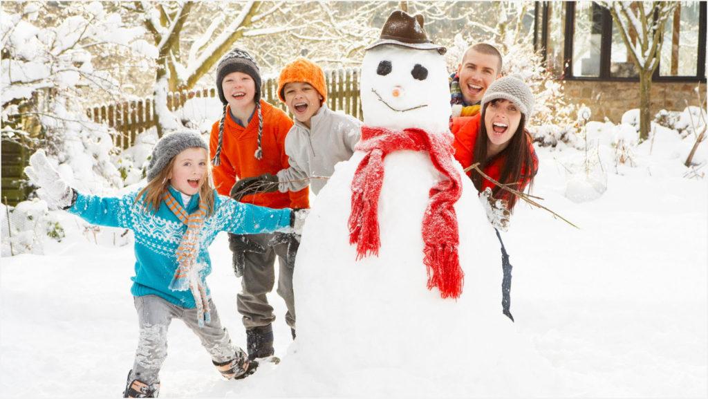 Дети с родителями у снеговика