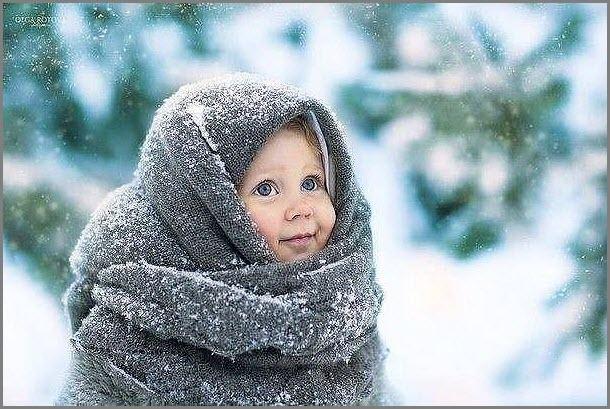 Смешная девчушка в платке