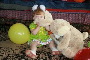 Маленькая девочка с игрушкой зайцем