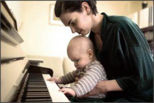 Мама с сыном за пианино