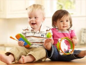 Смешные детишки-малышки любят музыку