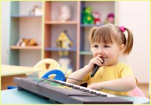 Девочка сейчас будет петь караоке