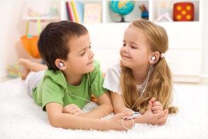 Дружные ребята слушают музыку