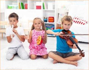 Дети играют на инструментах