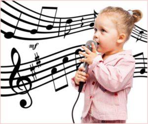 Симпатичная девчушка поёт