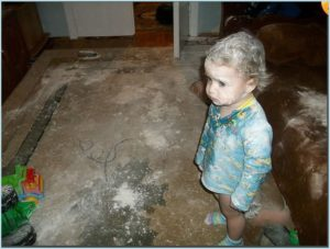 Девочка нашла где-то муку