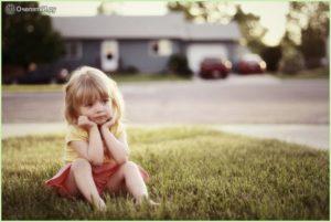 Сидит девчушка на траве
