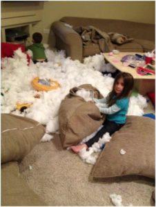Дети потрошат подушки