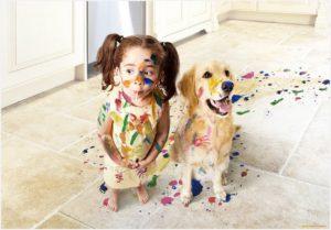 Девочка и собака играли в художников