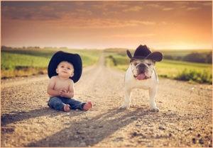 Мальчик и пёс в ковбойских шляпах