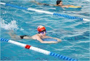 Плывёт мальчик в бассейне