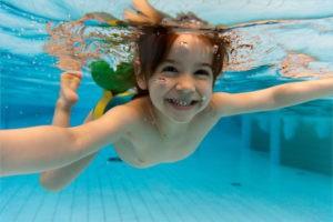 Довольная девочка в бассейне