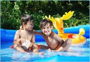 Мальчишки в дачном бассейне