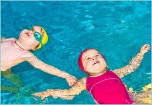 Девочки плавают на спине
