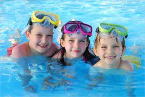 Трое друзей в бассейне