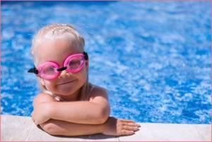 Девочка в очках для плавания
