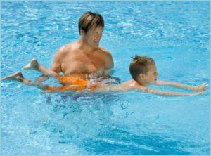Папа учит сына плавать