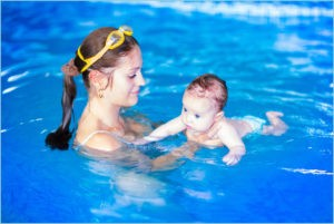 Мамочка учит плавать свою крошку