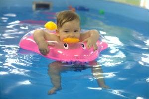 Малышка плавает с кругом