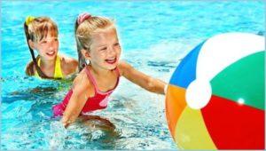 Девочки в бассейне играют в мяч