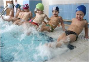 Дети на бортике бассейна