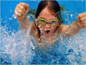 Девочка увлечена плаванием