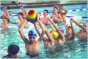 Дети играют в бассейне с мячом