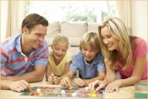 Семья играет