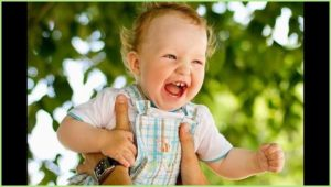 Малыш смеётся