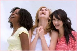 Подруги смеются