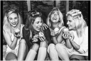 Подруги веселятся