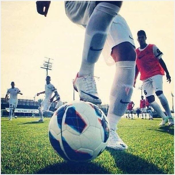 Футболист с мячом 10