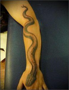 Татуировка змея на предплечье