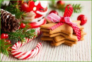 рождественское печенье на столе
