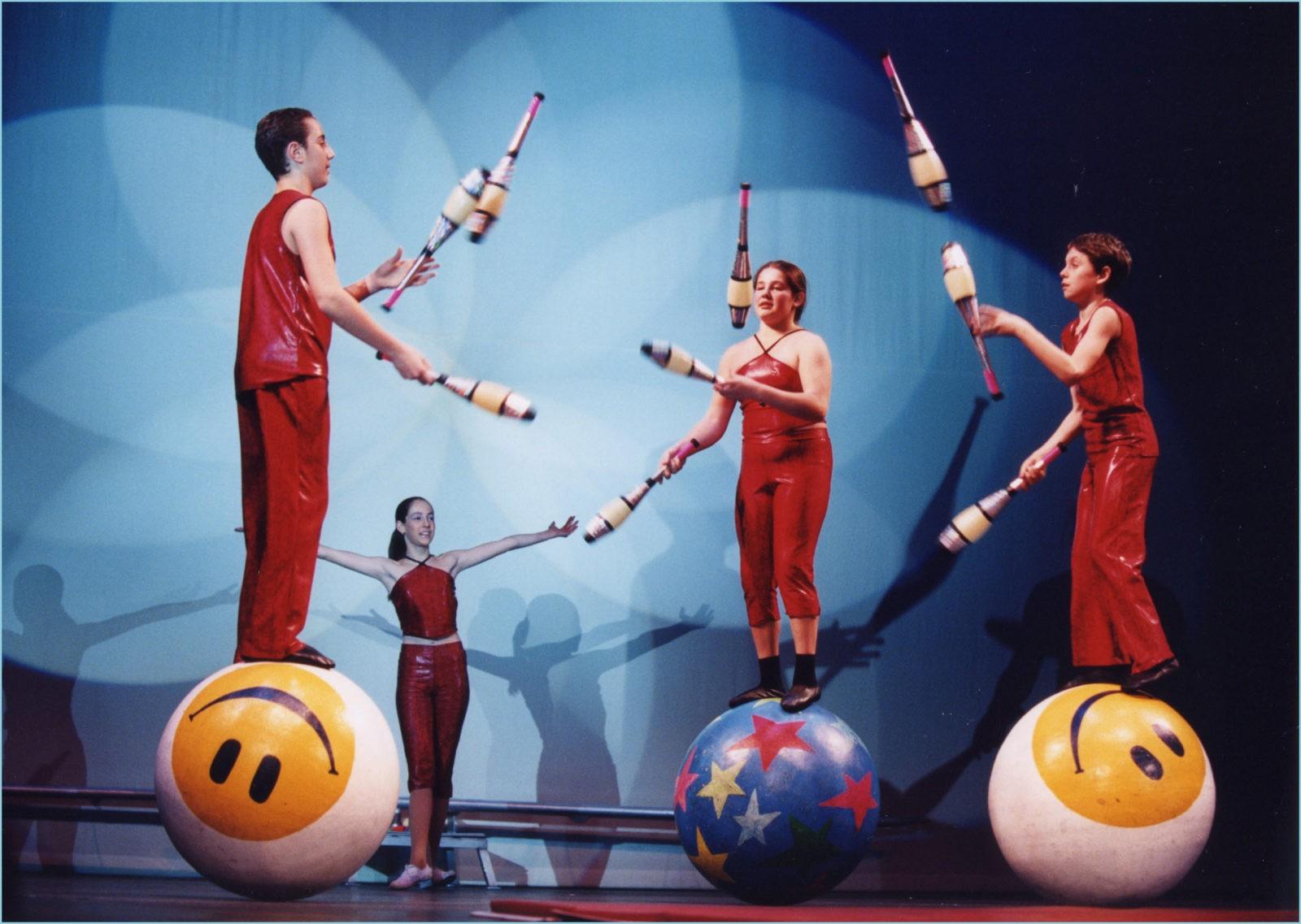 жонглёры в цирке