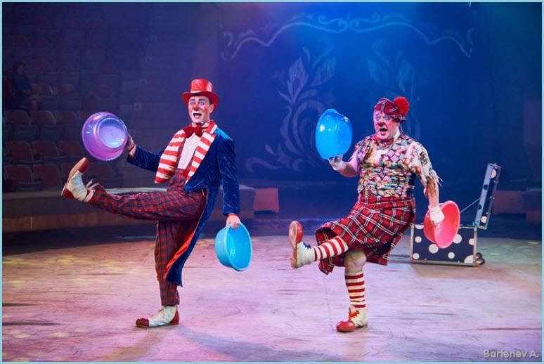 Клоуны на арене