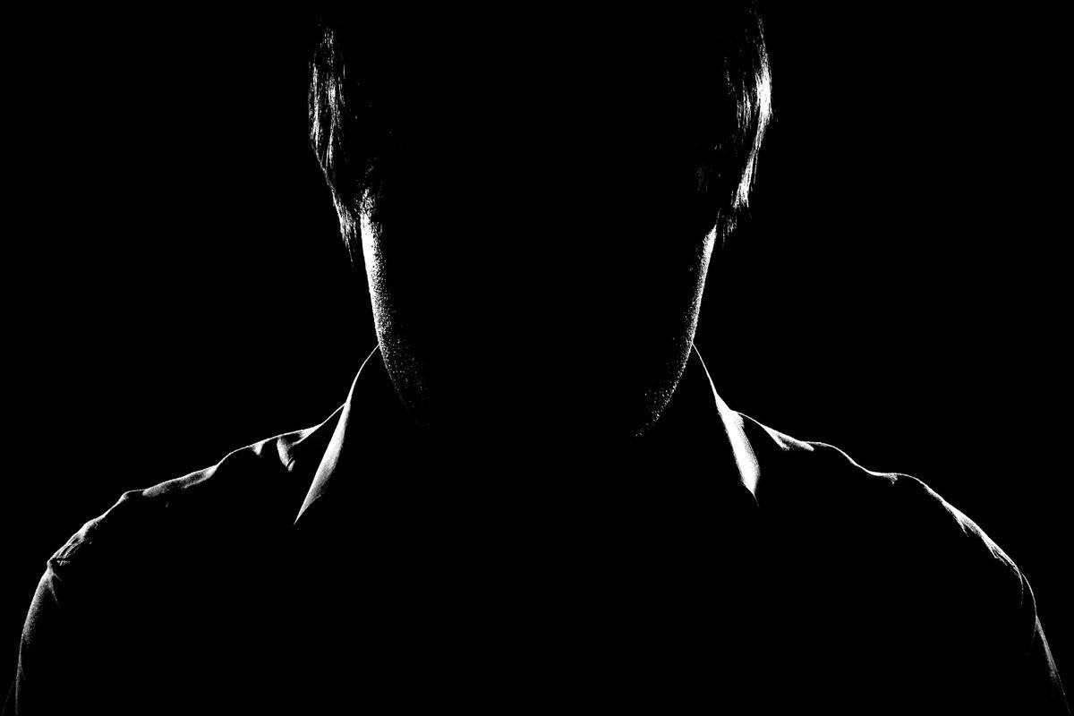 тёмный мужской силуэт