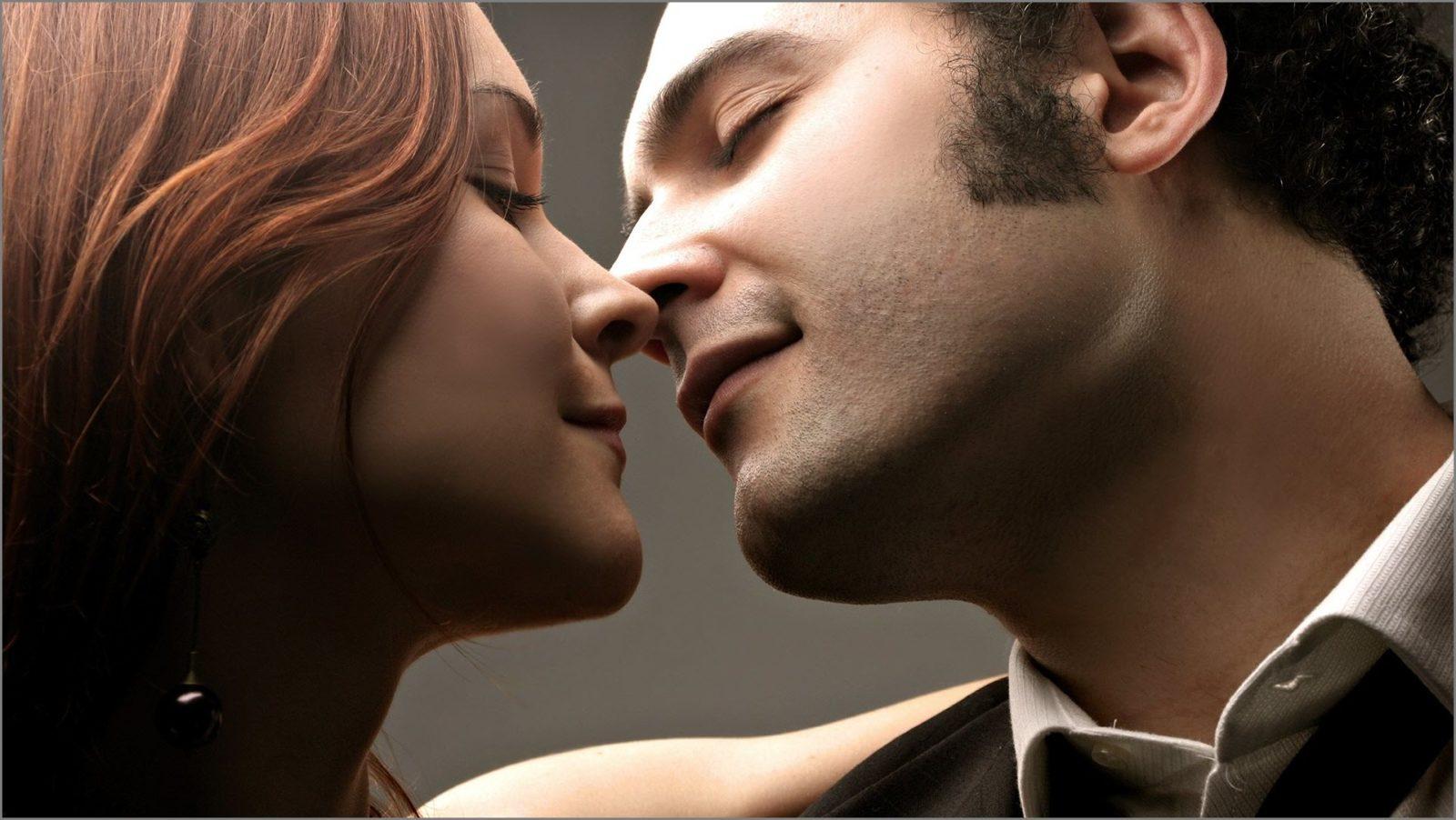 молодожёны целуются