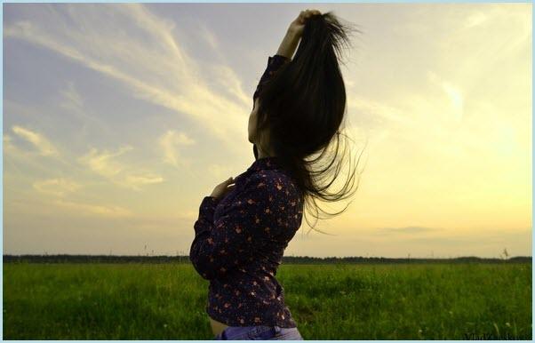 Девушка смотрит в небо