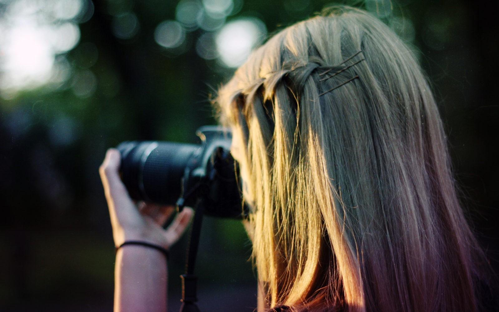 Девушка фотографирует 14