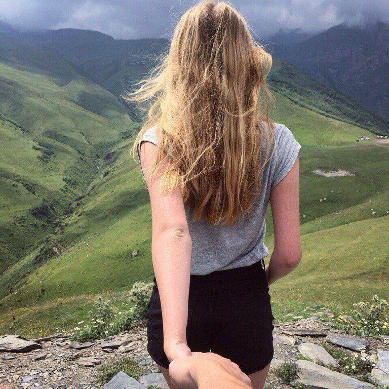 Девушка на вершине горы 7