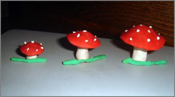 Мухоморы из пластилина