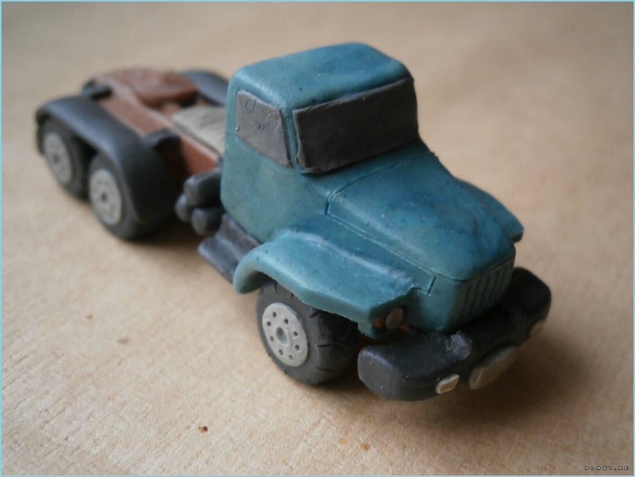 грузовая машина из пластилина