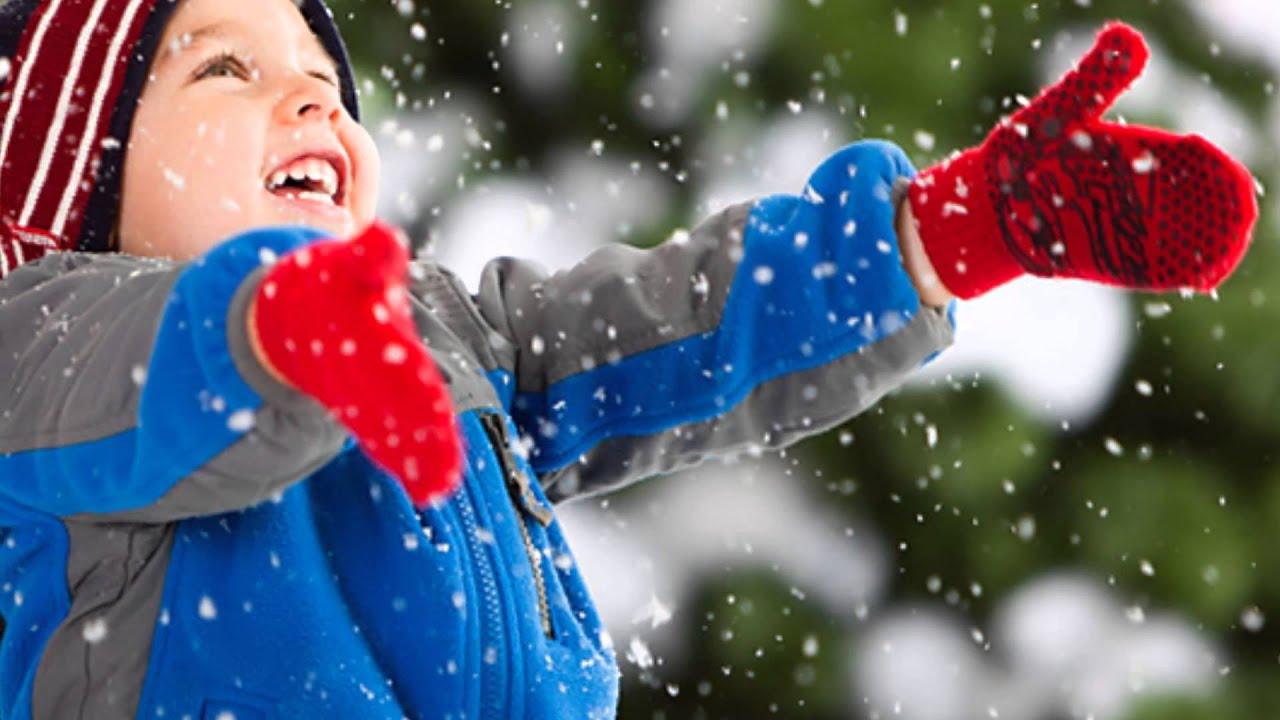 ребёнок радуется снегу
