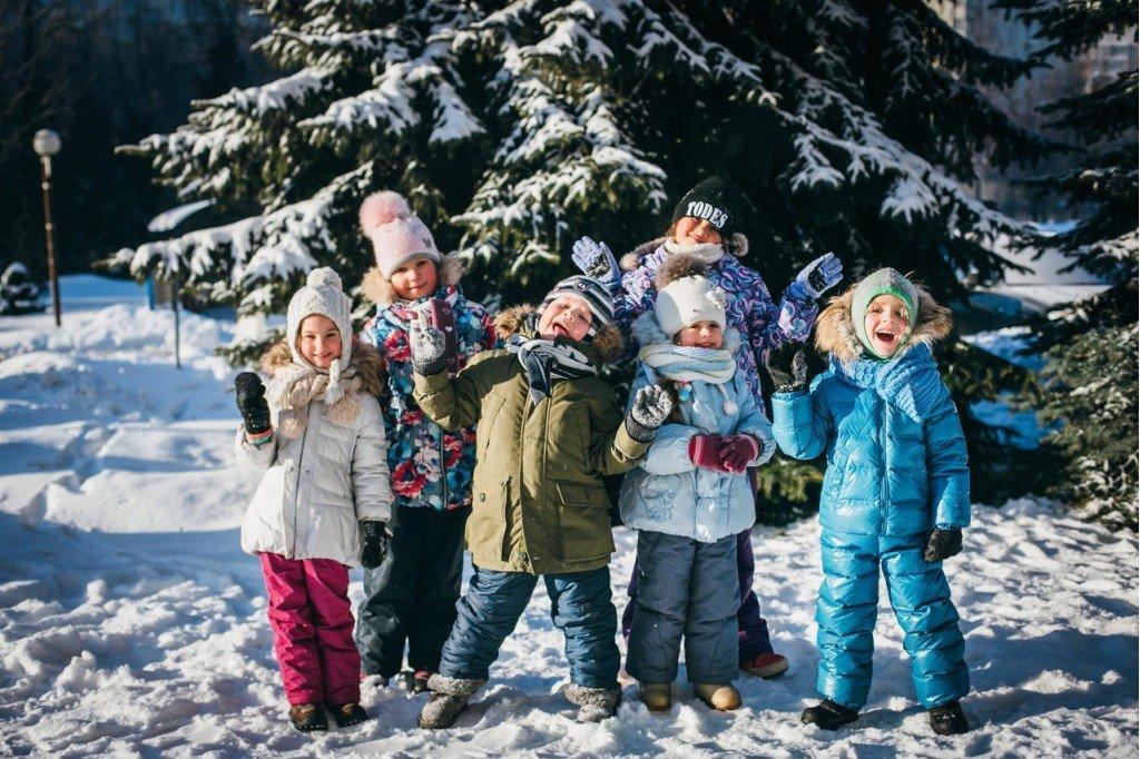 дети в лесу зимой