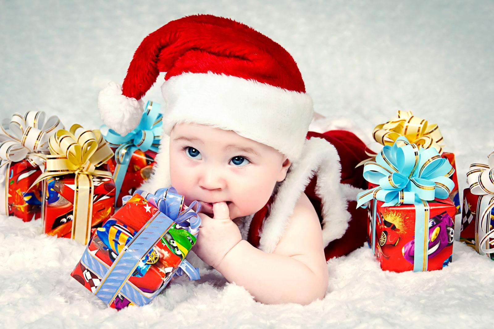 ребёнок с новогодними подарками