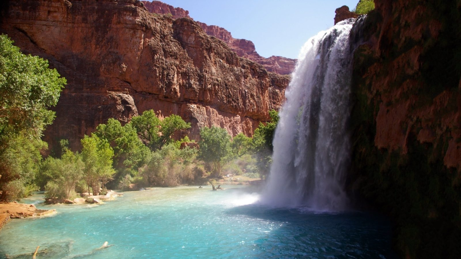 горы с водопадом