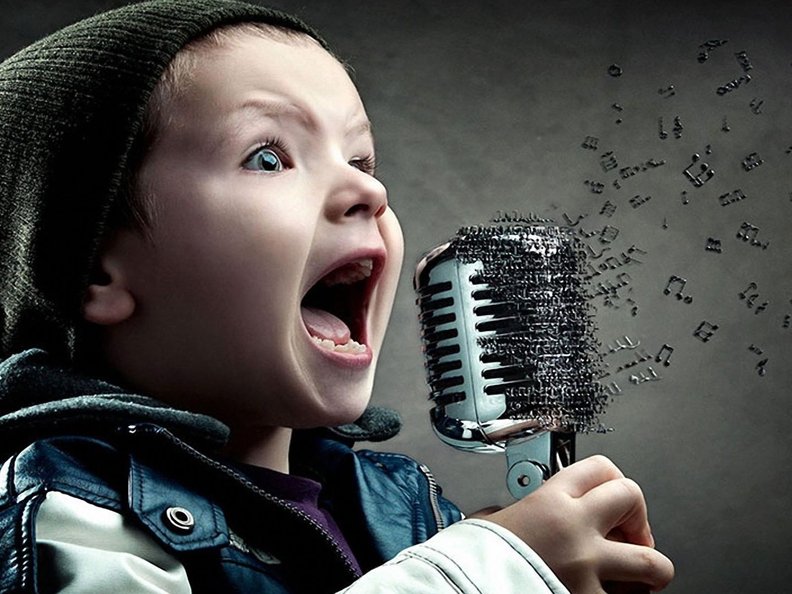 Ребёнок с микрофоном