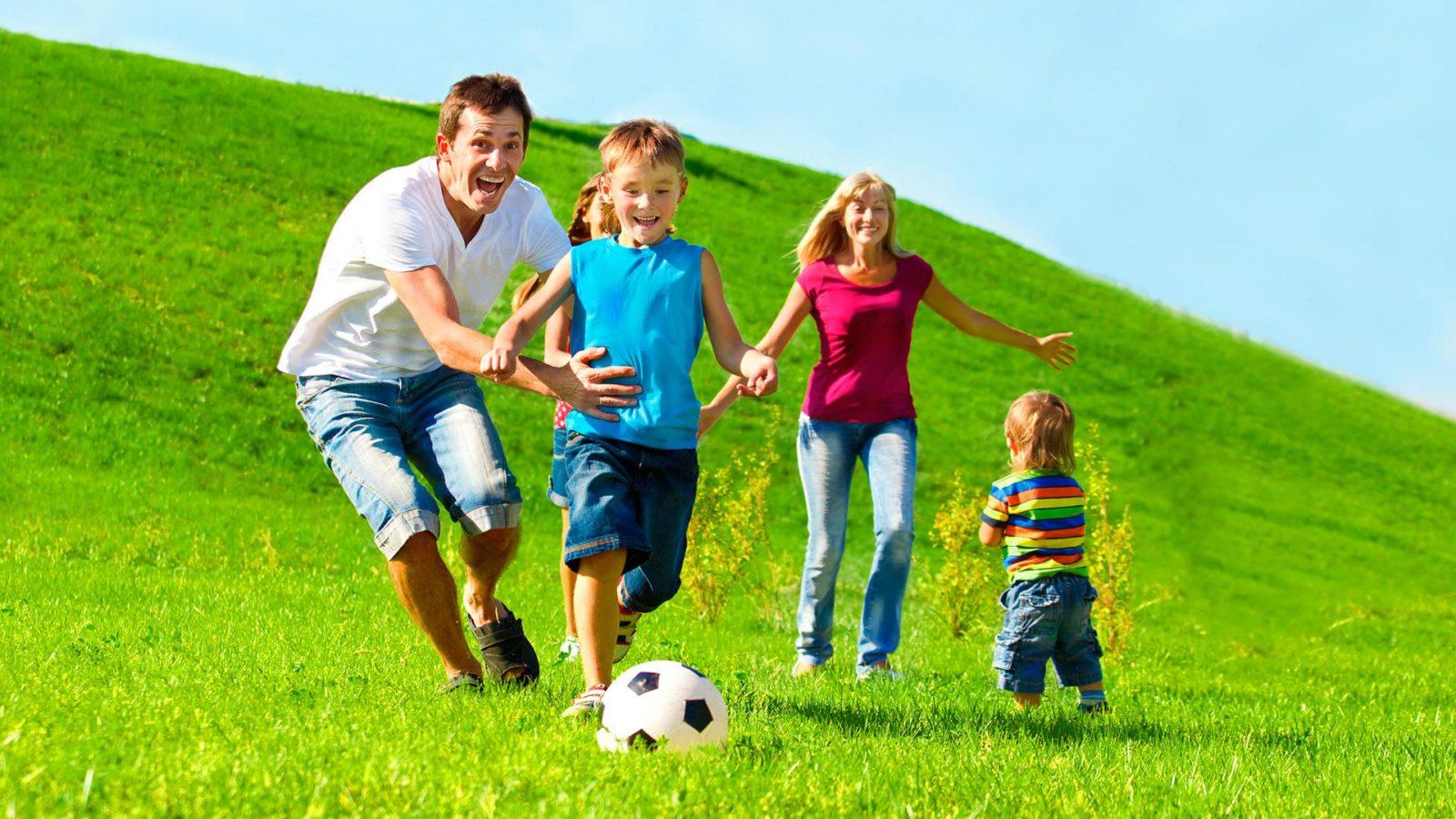 семья играет в футбол